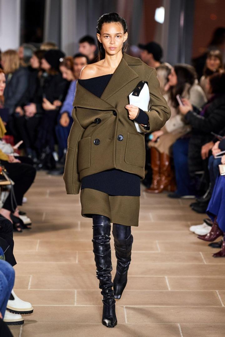 Modelka v hranatých kozačkách Proenza Schouler.