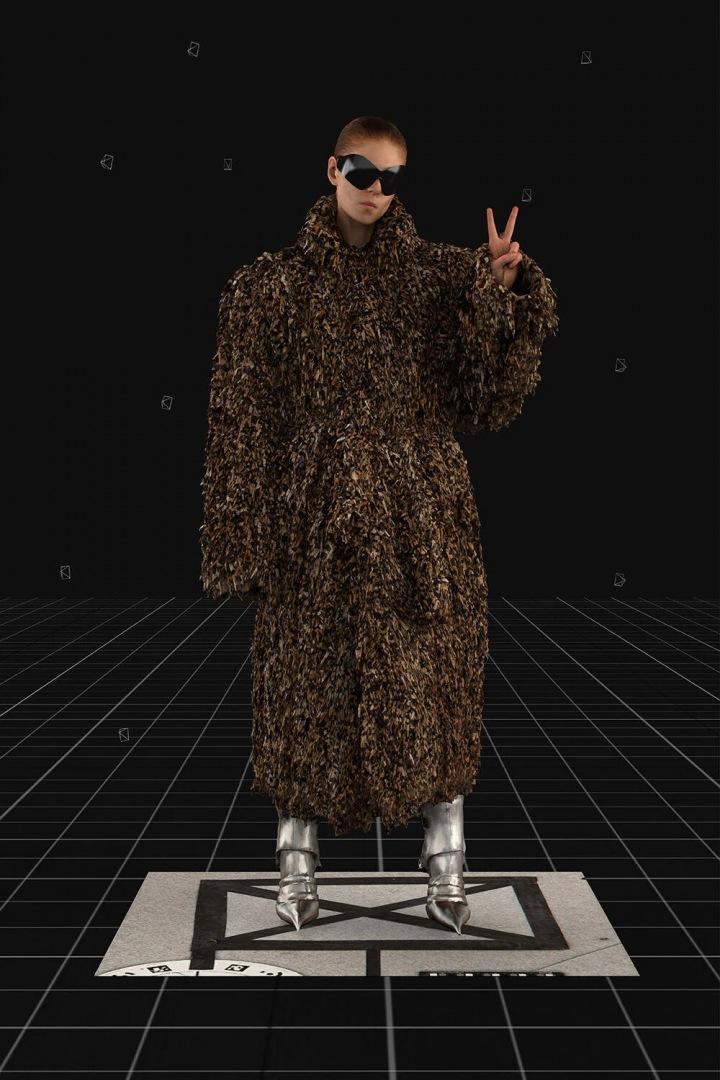 Modelka v kabátu Balenciaga FW2021