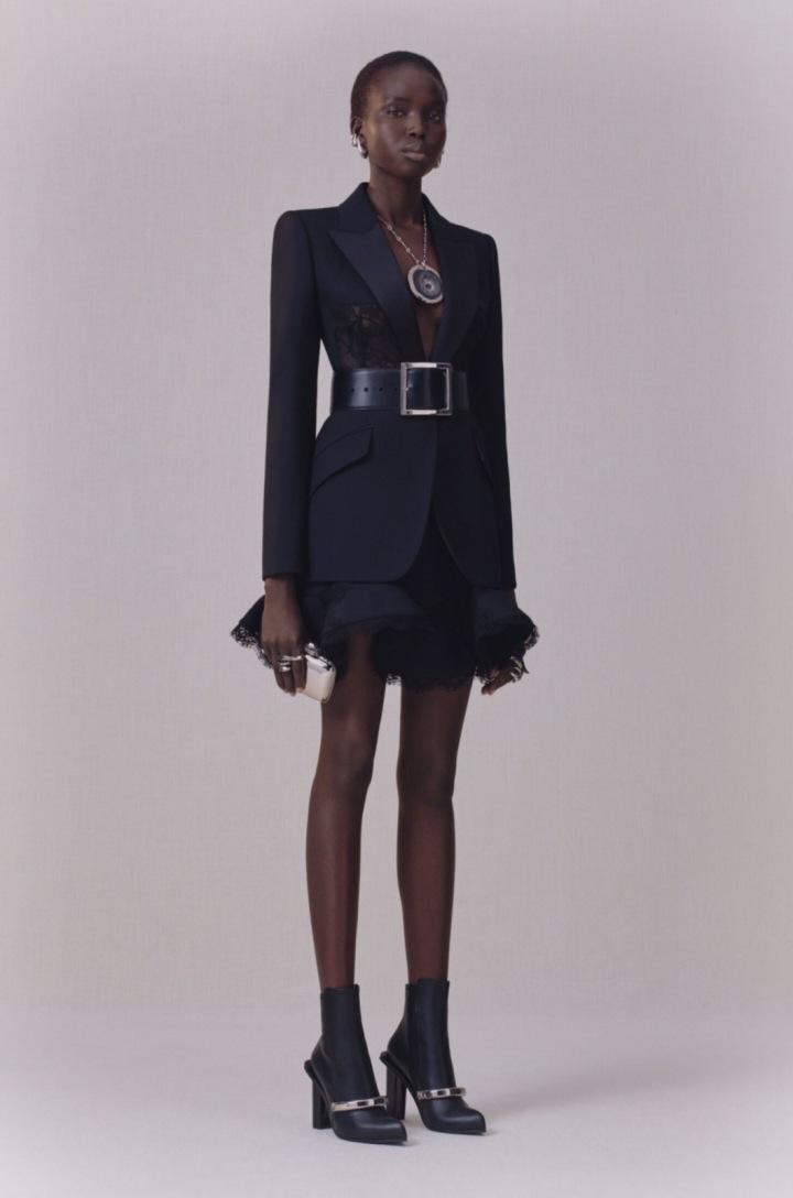 Modelka v kožených botách značky Alexander McQueen.