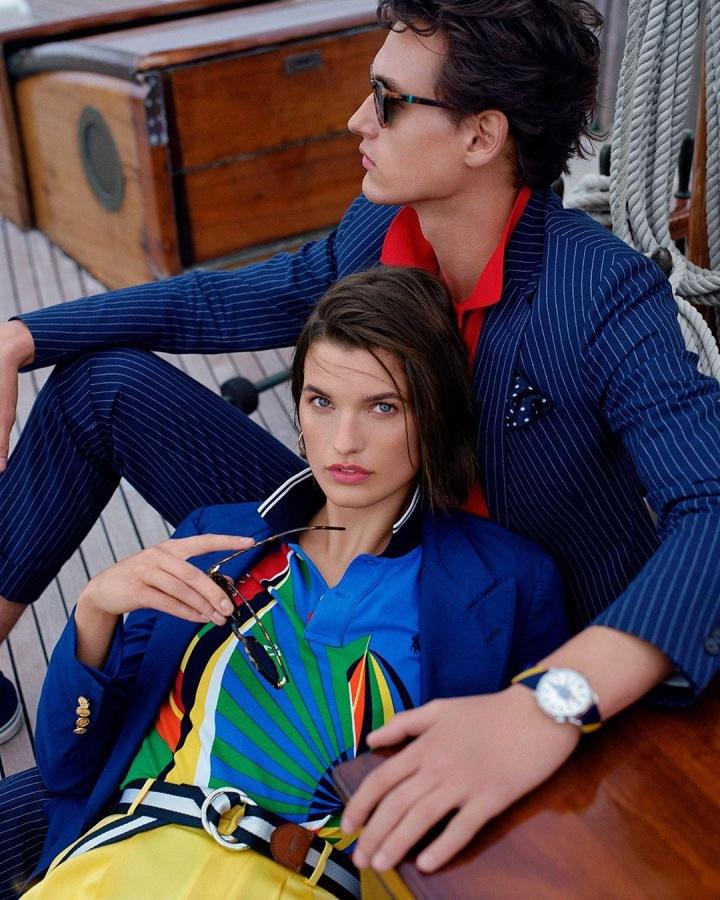Modelové v barevném oblečení Ralph Lauren pózují