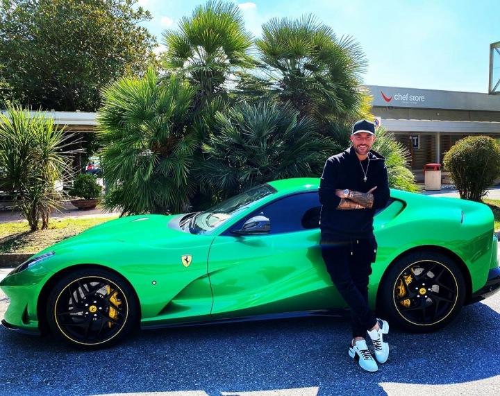 Módní návrhář Philipp Plein stojí před Ferrari