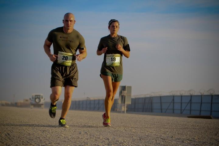 Muž a žena běží závod.