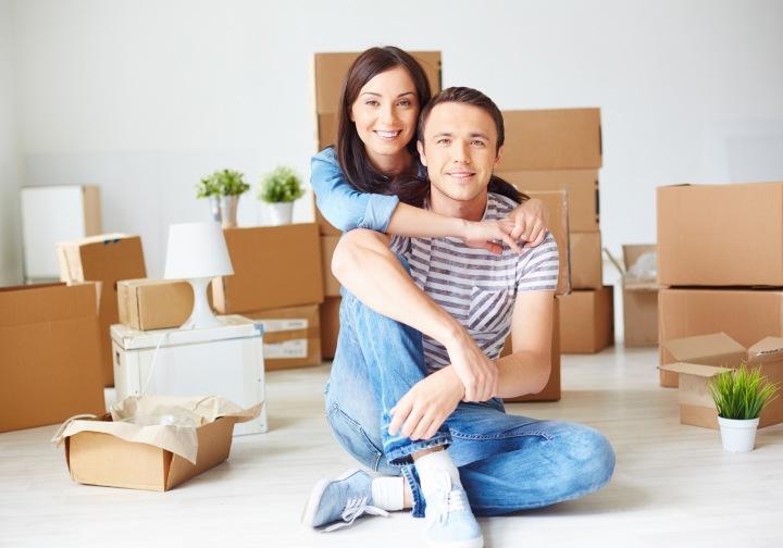 Muž a žena s krabicemi