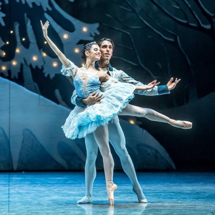 Muž a žena tančící balet na jevišti v Národním divadle