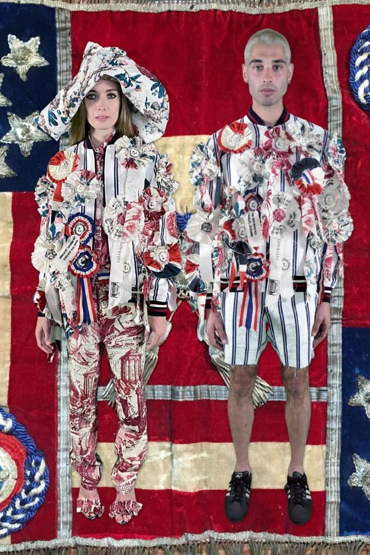 Muž a žena v barevném oblečení Libertine