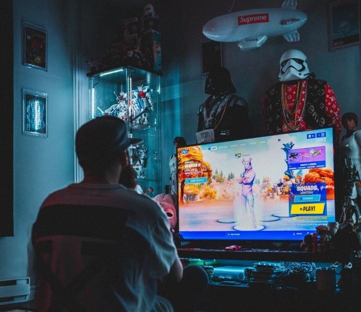 Muž hraje počítačovou hru Fortnite