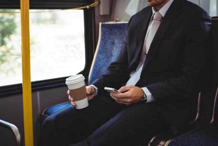 Muž jede autobusem