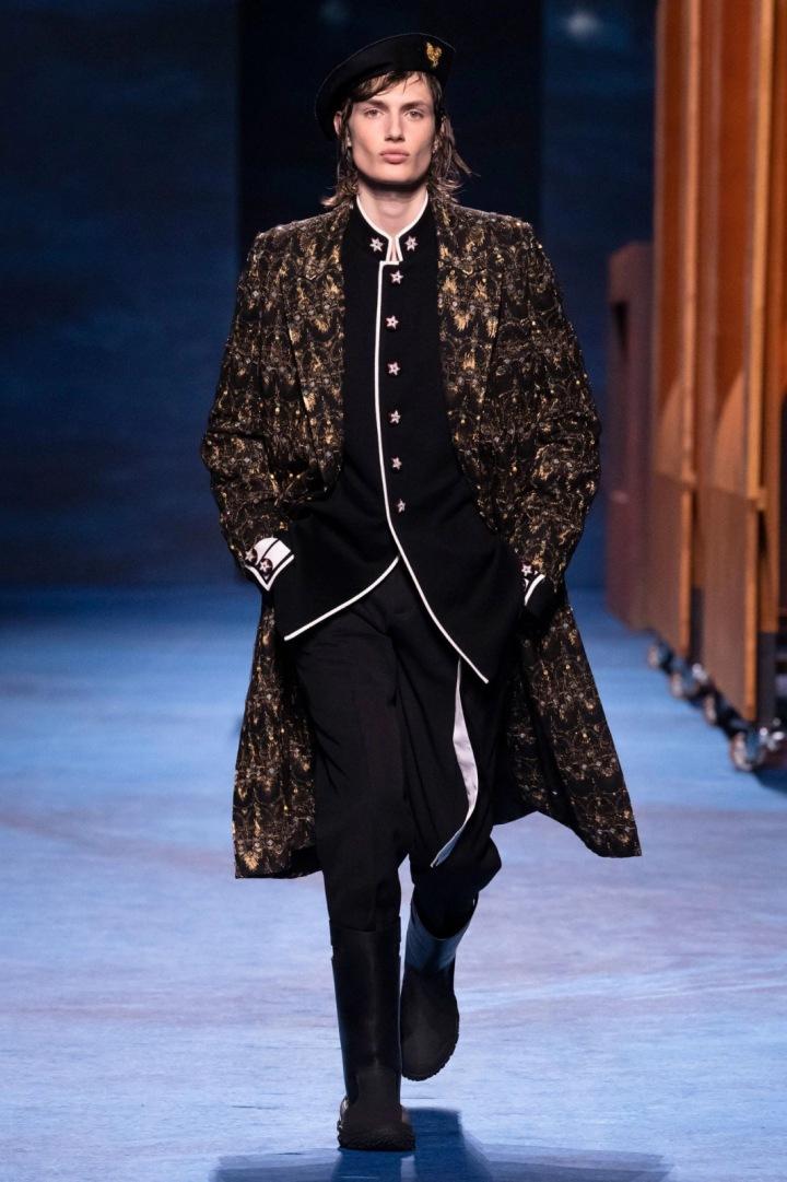Muž na přehlídce Dior FW2021