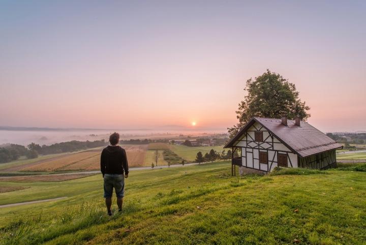 Muž na trávě před domem