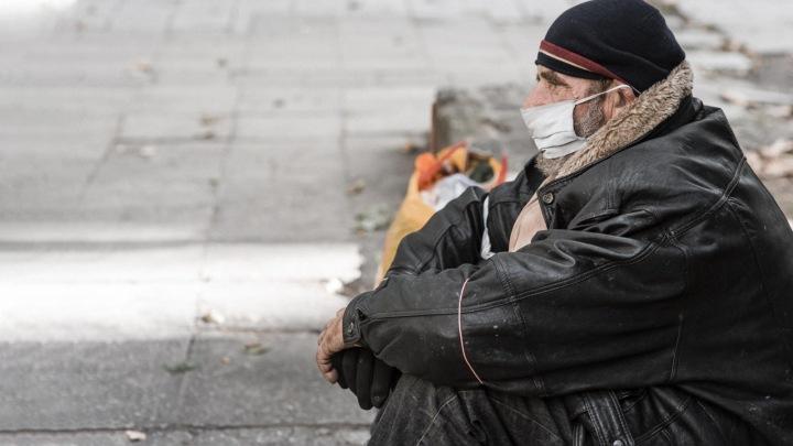 Muž na ulici bez domova.