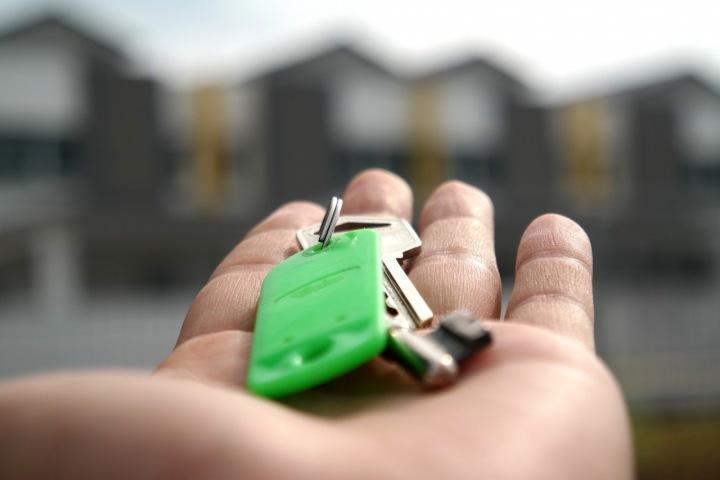Muž podávající klíče