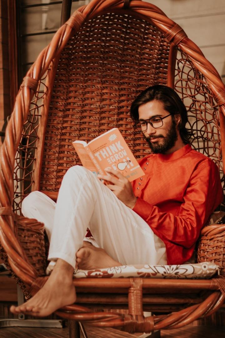 Muž s knihou v ruce