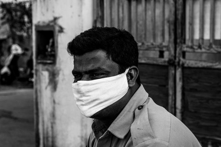 Muž s rouškou během koronavirové pandemie