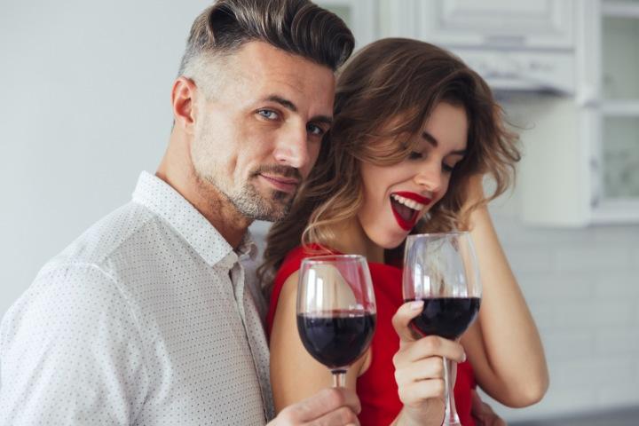 Muž a žena se sklenicí vína.