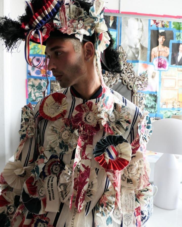 Muž v barevném oblečení Libertine