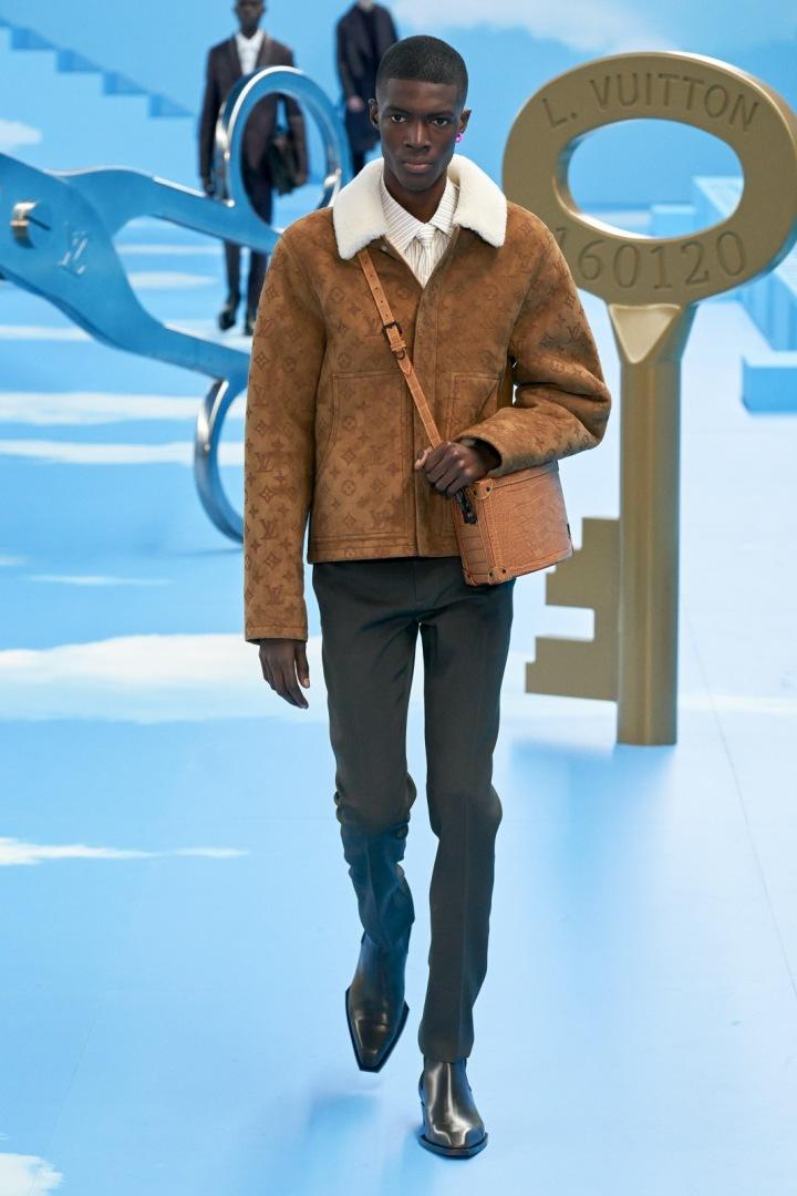 Muž v béžové bundě Louis Vuitton