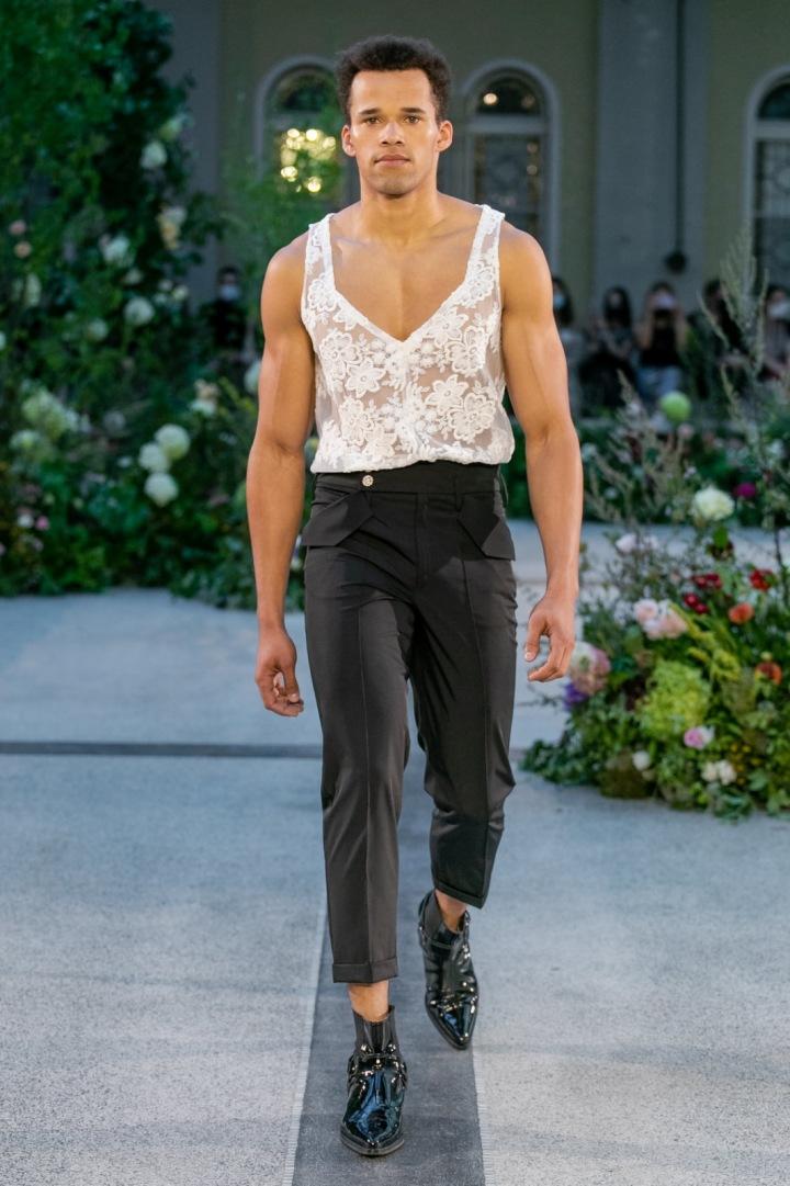 Muž v bílém krajkovém topu a černých kalhotách od Jiřího Kalfaře