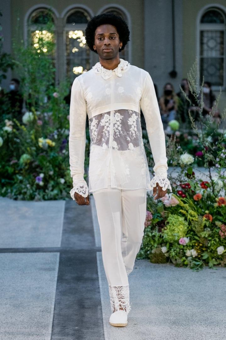 Muž v bílém průsvitném topu a bílých kalhotách od Jiřího Kalfaře