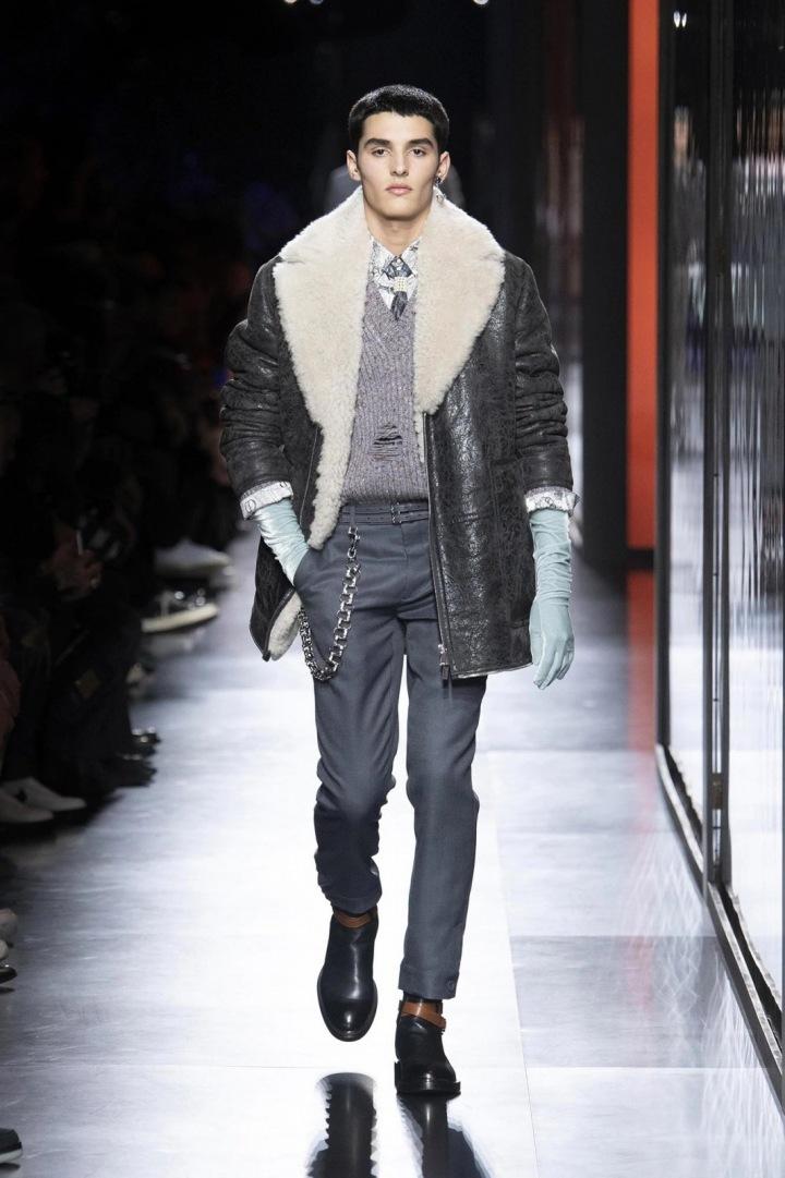 Muž v bundě s kožíškem na přehlídce Dior