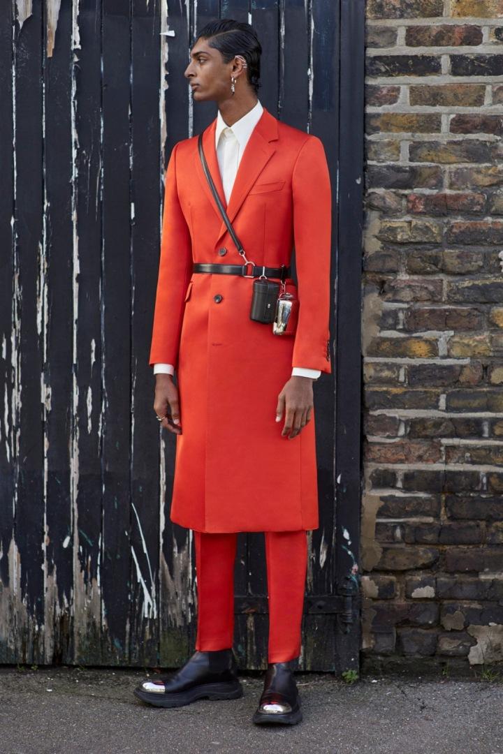 Muž v červeném obleku Alexander McQueen
