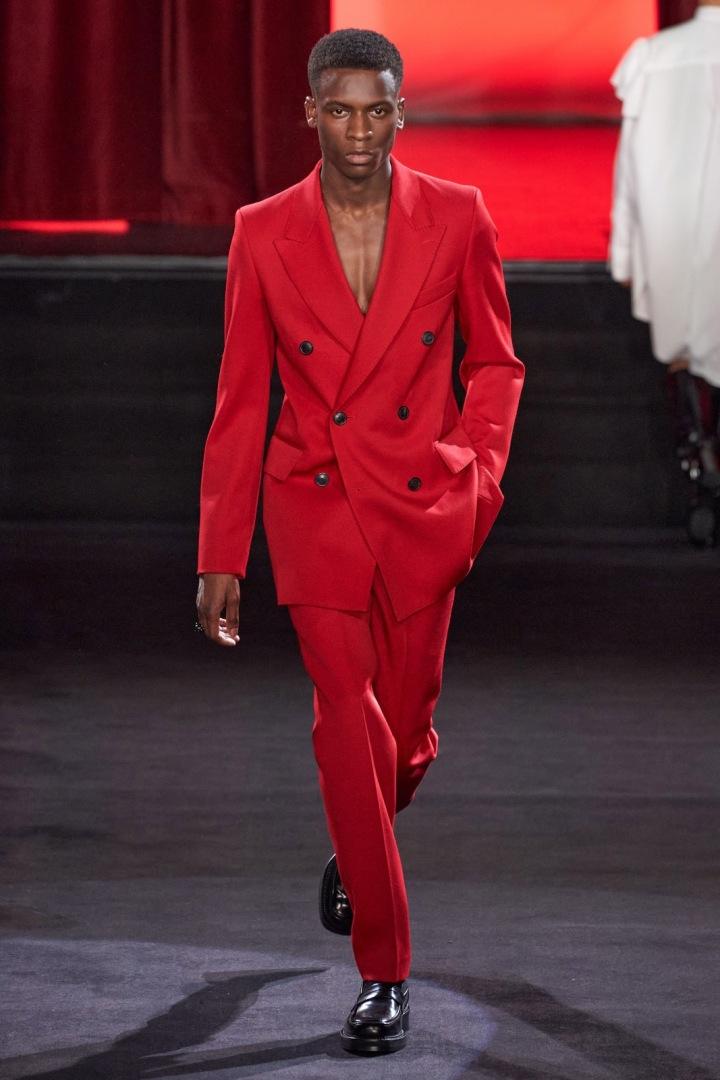 Muž v červeném obleku AMI