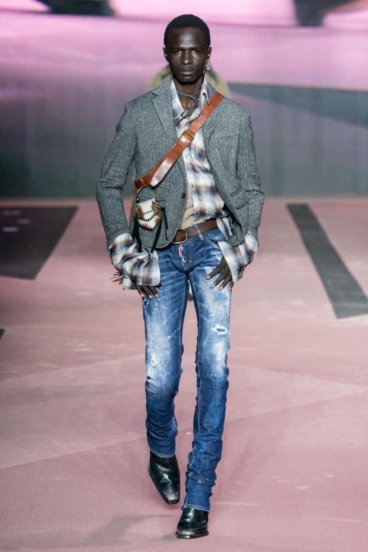 Muž v džínách a saku Dsquared2 Fall 2020