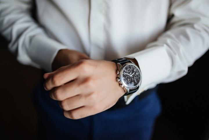 Muž v košili má hodinky
