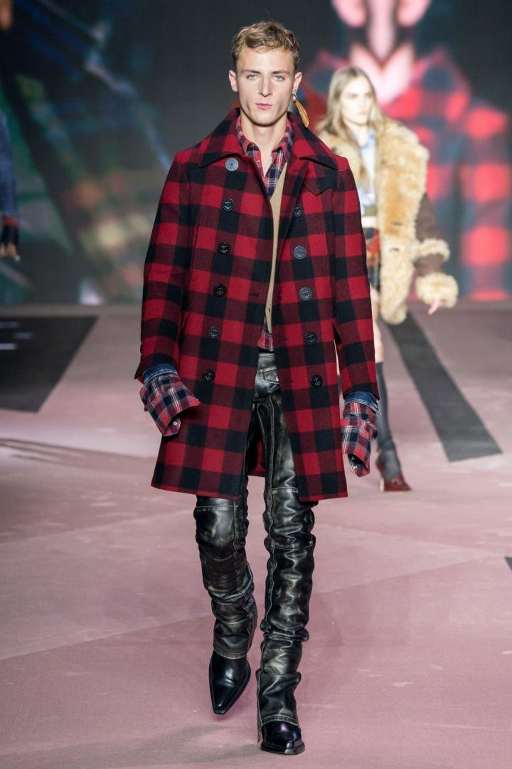 Muž v kostkovaném kabátu Dsquared2