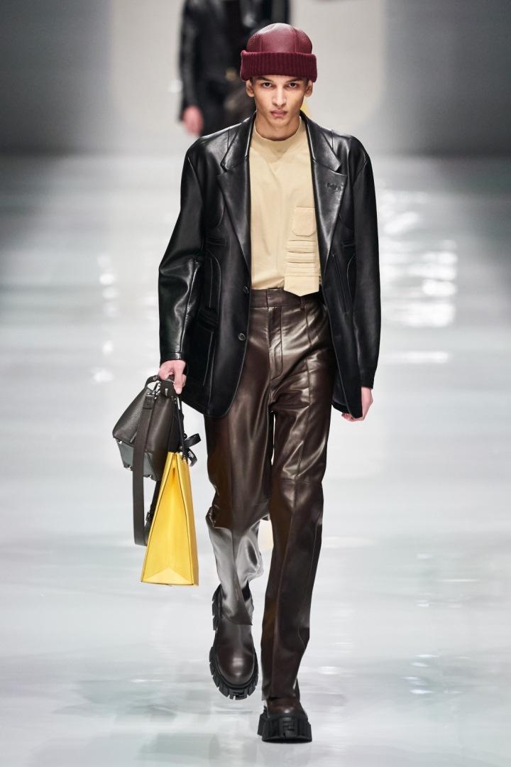 Muž v koženém outfitu Fendi Fall 2020