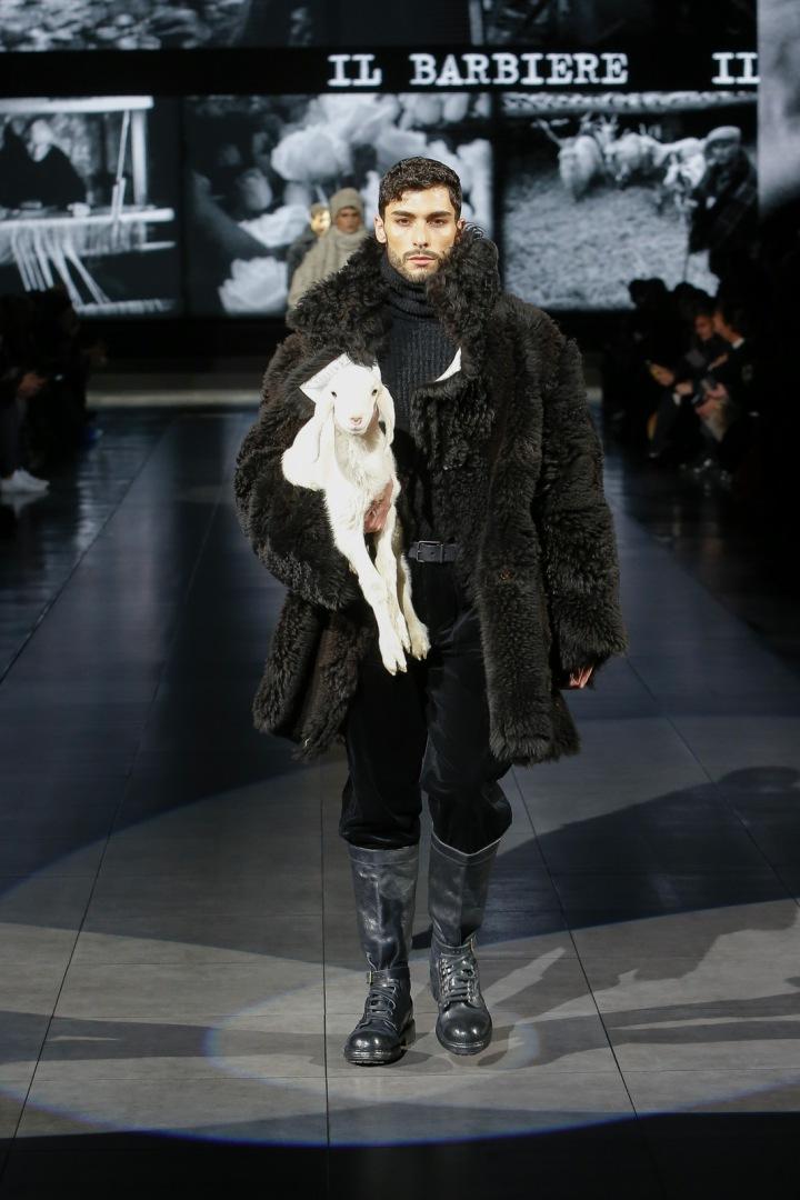 Muž v kožichu na přehlídce Dolce a Gabbana