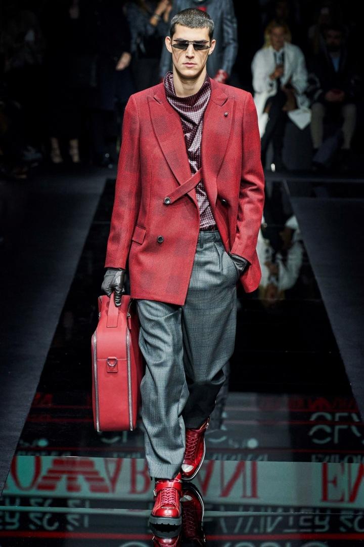 Muž v rukavicích a červeném saku Emporio Armani
