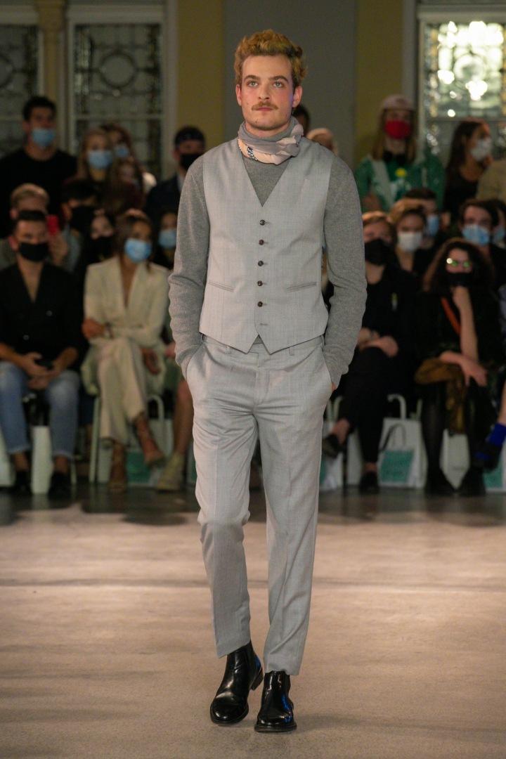 Muž v šedém obleku Pietro Filipi