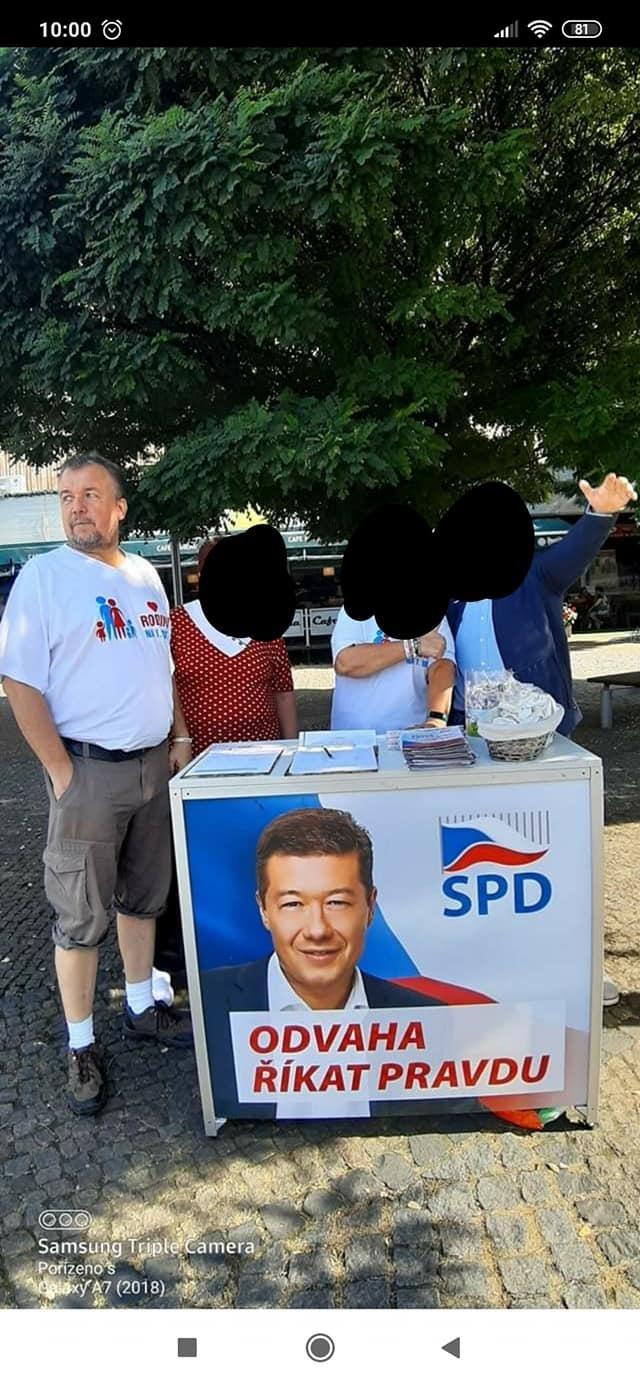 Otec Kateřiny Klímkové v tričku propagující rodinu u stánku SPD.