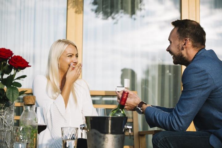Muž žádá ženu o ruku.