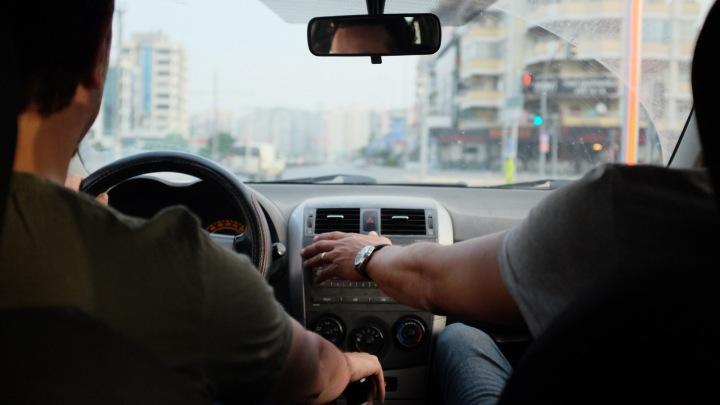 Řidič a spolujezdec v jedoucím autě