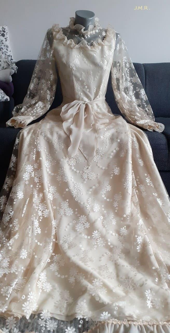 Tyto šaty za 4450 Kčs byly ve své době velmi drahé.