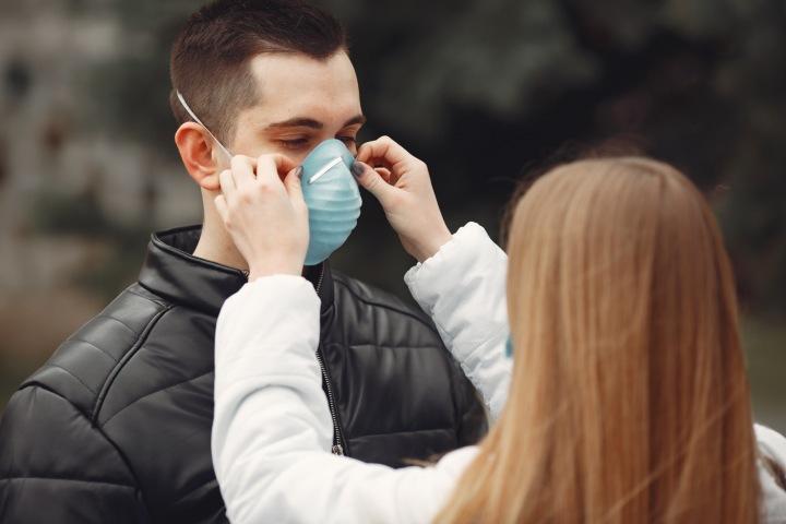 Dívka nasazuje chlapci respirátor