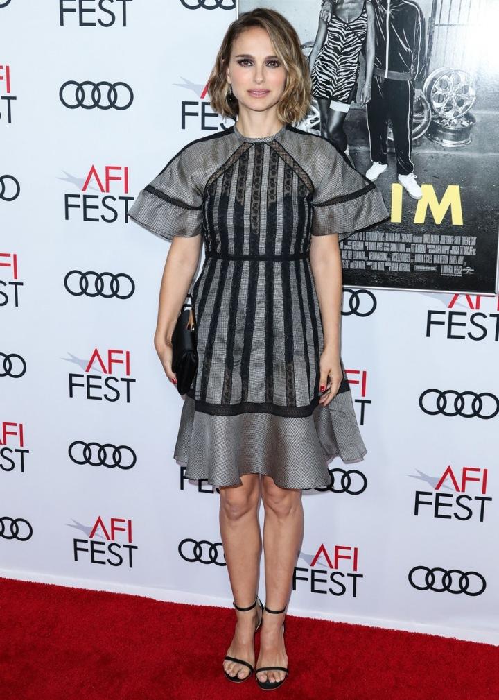Natalia Portman v šedých šatech