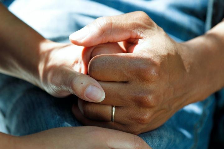 Muž a žena se drží za ruku
