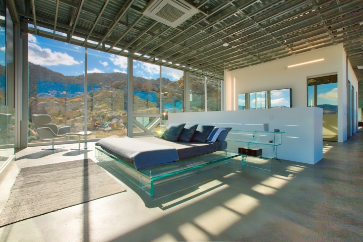 Neviditelný dům v poušti, ložnice se sklem