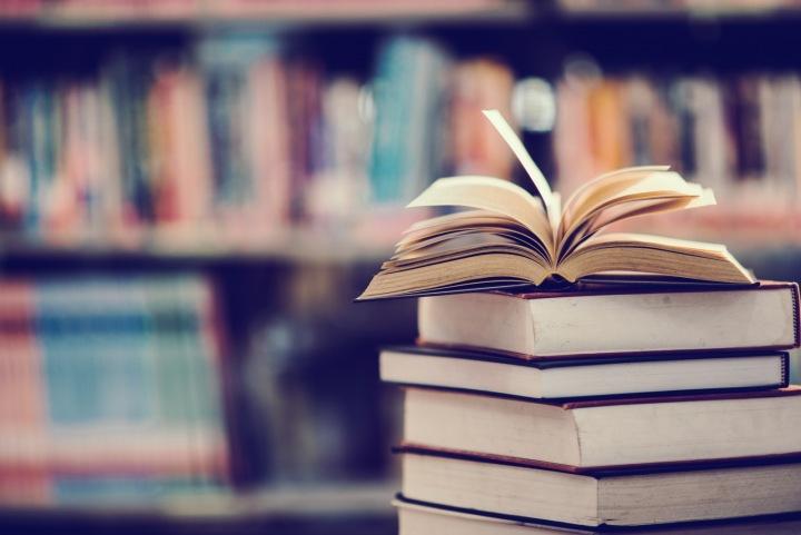 Knihy na stole.
