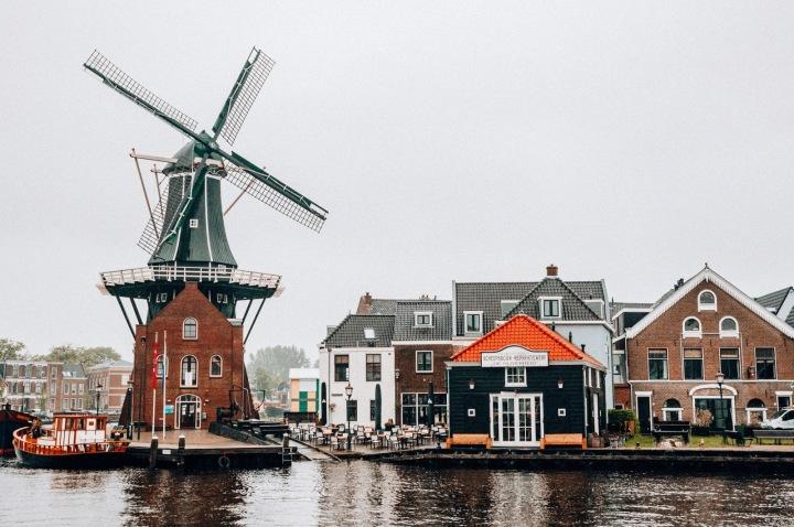 Nizozemsko, větrný mlýn a domy