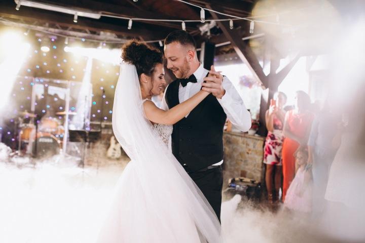 Novomanželé při tanci.