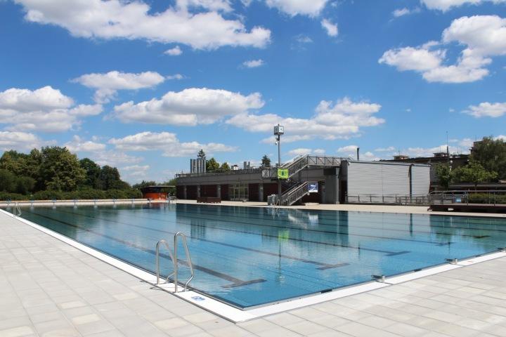 Nový bazén i s dlažbou kolem.