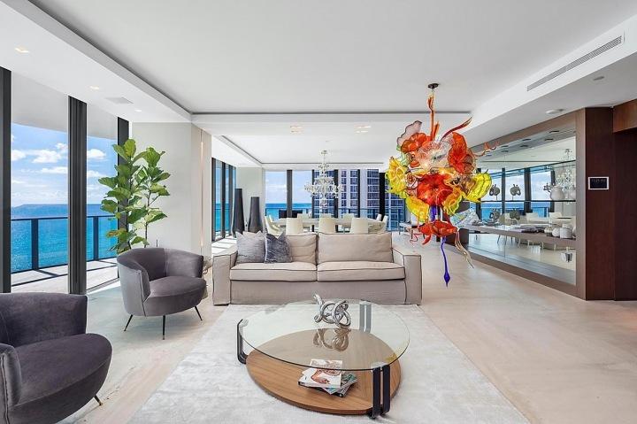 Obývací místnost s květinovou dekorací.