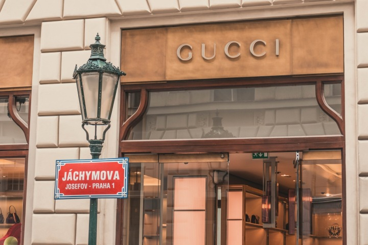 Pražský obchod oděvní značky Gucci