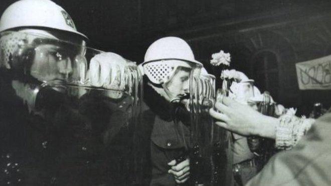 Ozbrojencům byly vkládány za štíty květiny