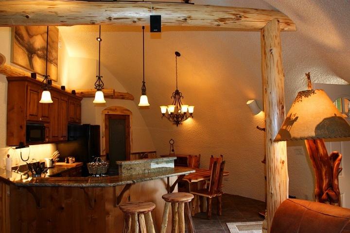 Interiér hotelu je zřízen moderním způsobem. Dominuje v něm především dřevo.