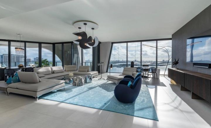 Obývací pokoj v mrakodrapu One Thousand Museum, Miami