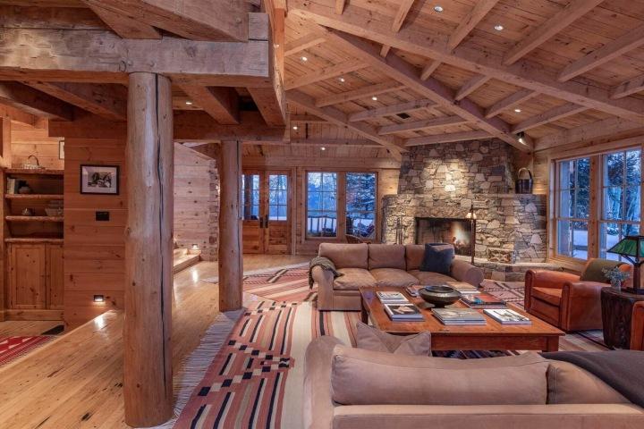 Obývací pokoj celý ze dřeva.